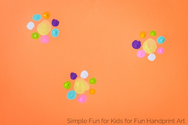Wanna make fingerprint cards for Mother's Day? Try these simple templates to make this craft even easier! Perfect for kids of all ages.